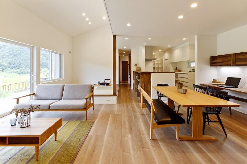 子供がすくすく育ち  開放感あふれるリビングのある  自然素材の家