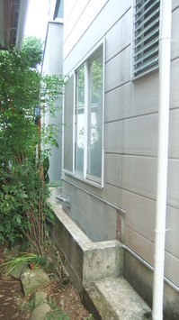 44目隠し基礎と浴室窓.JPG
