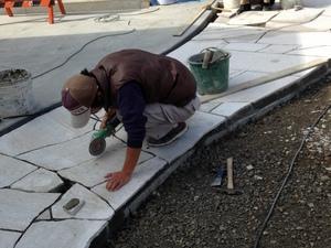 石貼り作業・サンダーでカット.JPG