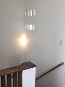 階段上のガラスブロック.JPG