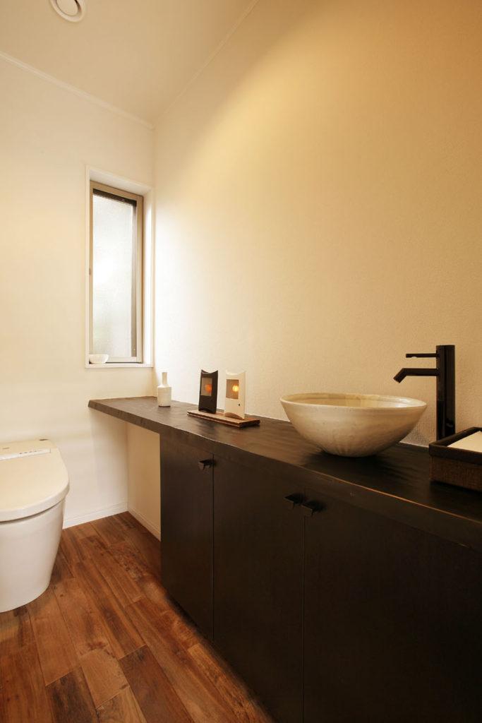 手洗器までこだわりのトイレ