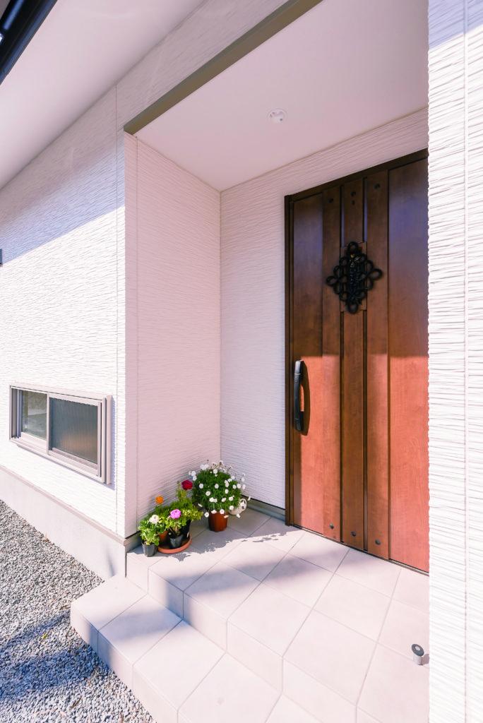 軒のある玄関ポーチ