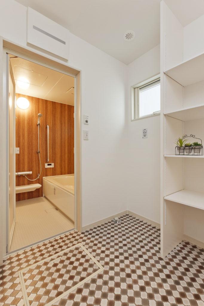 木目でリラックスできる浴室