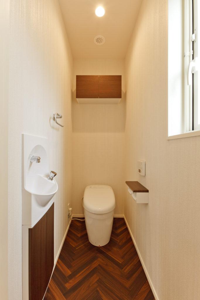 ホワイトと木目のトイレ