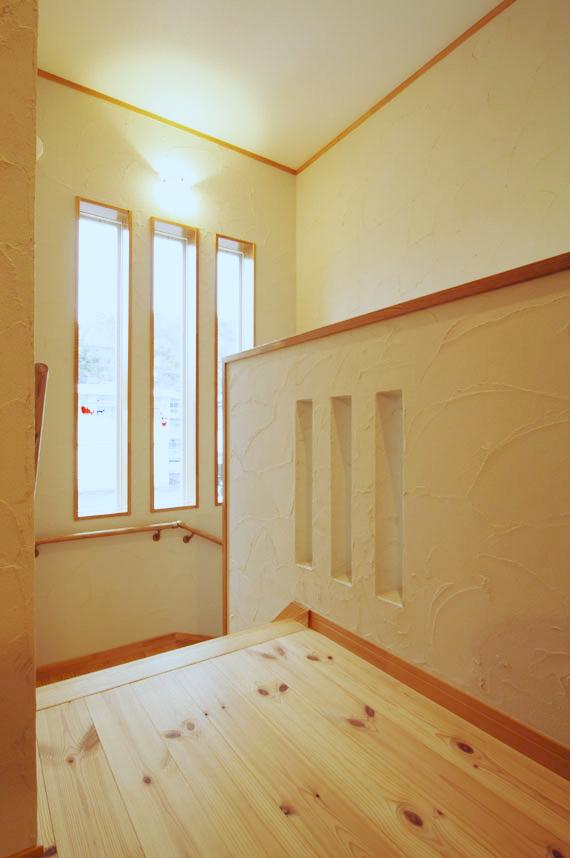 2階のホールにはアクセントの窓