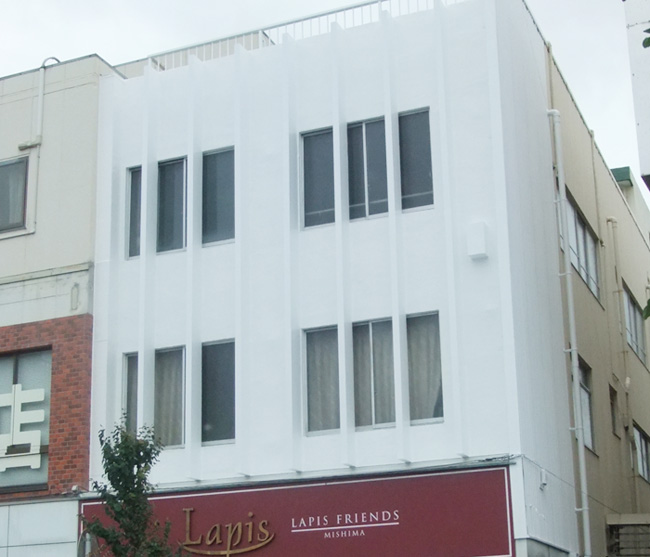 大通りに面した場所だから清潔な白をベースに綺麗な外観へ