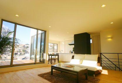 両世帯ともに明るい陽がさす 快適2世帯住宅。