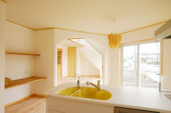 無垢フローリング、漆喰塗り壁 自然素材に囲まれたやさしい空間。
