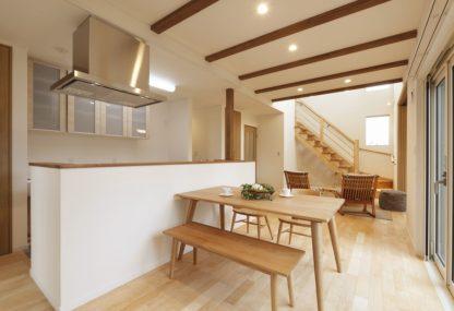 大きな吹抜けのあるリビングと自然素材のムクフローリングと漆喰壁の家。