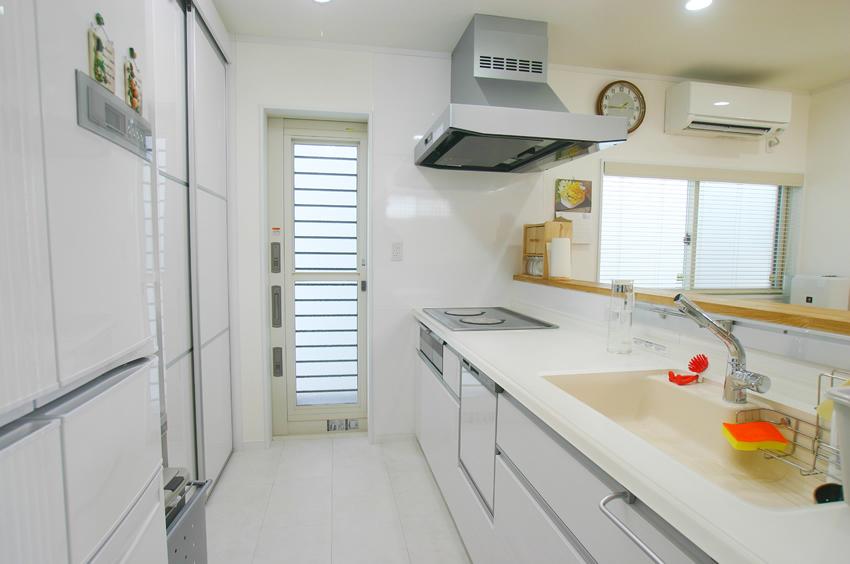 白で統一した清潔感のあるキッチン