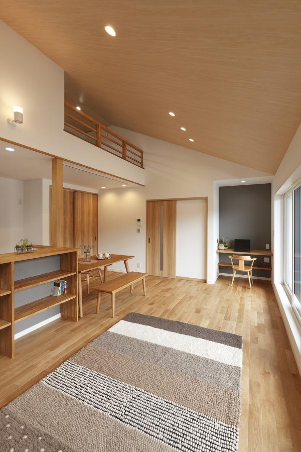 書斎コーナーとキッチンカウンター下の本棚