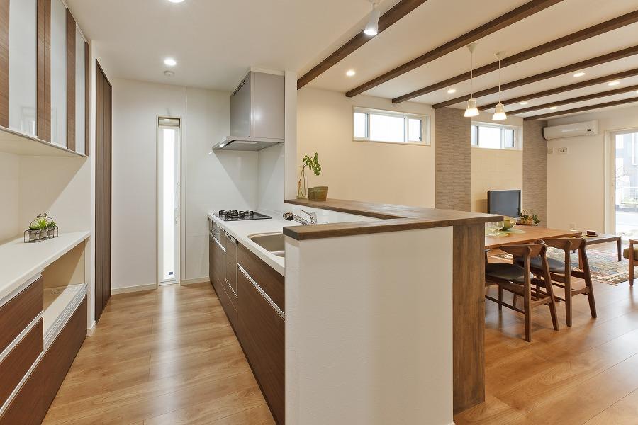 対面式の広々キッチン