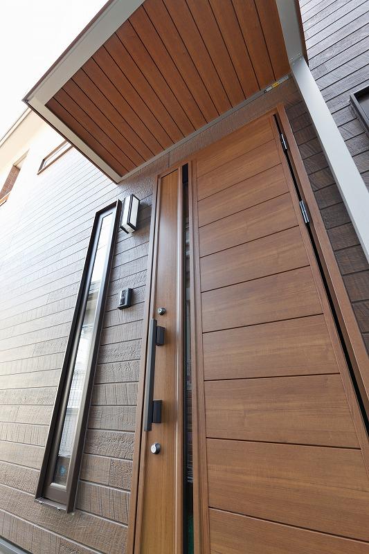 木目調のひさしと玄関ドア