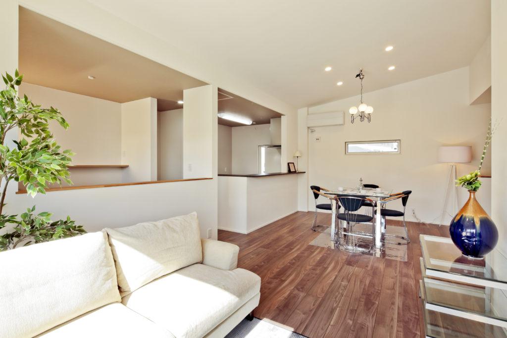 38坪の敷地に建つ スチール階段と大胆な勾配天井が魅力の家
