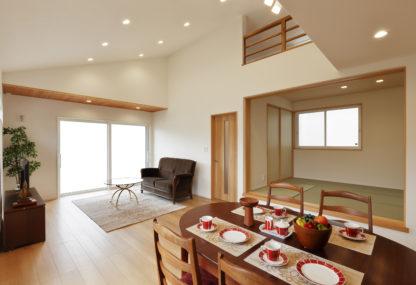 大屋根とダイナミックな勾配天井がある 家族団欒とピアノを堪能する家