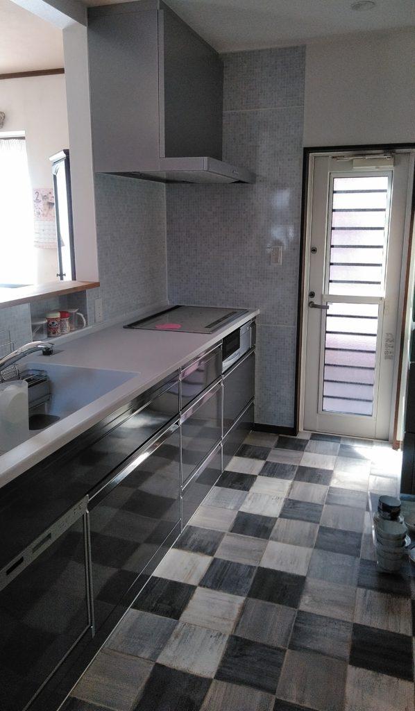90度向きを変えたキッチン