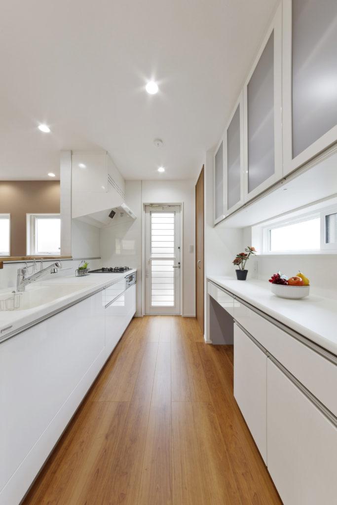 清潔感あるホワイトのキッチン