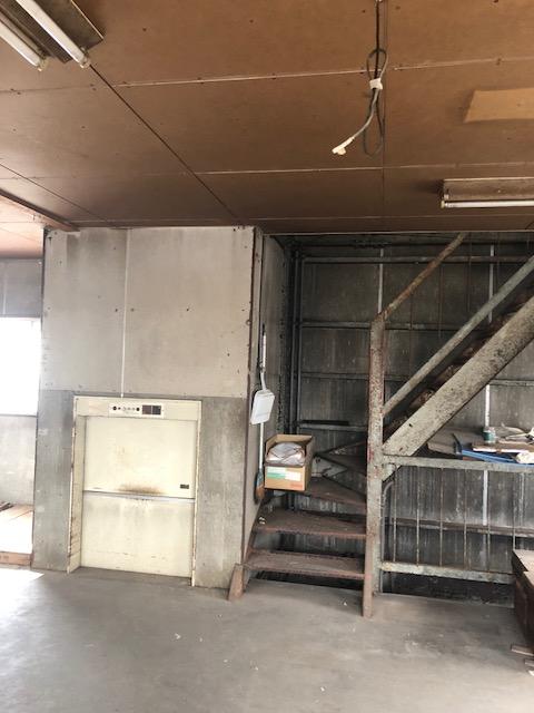 鉄骨階段と昇降機は撤去