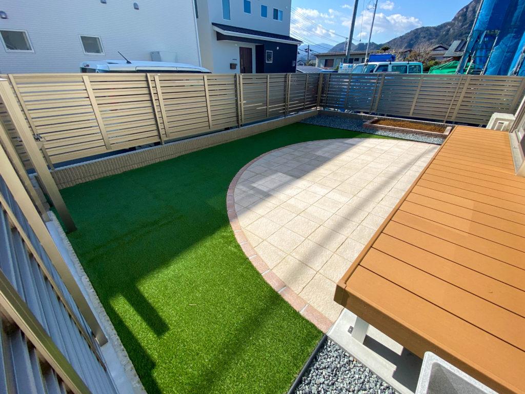 タイルと人工芝のオリジナルのお庭