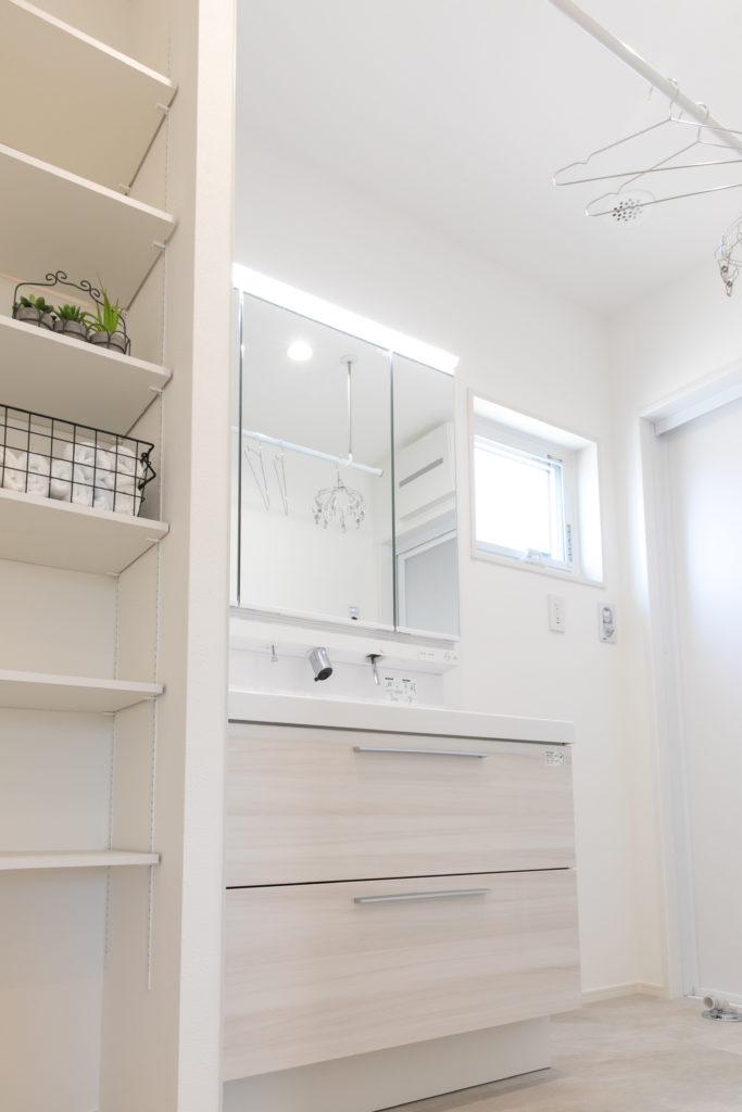 室内物干と収納を備えた洗面脱衣室