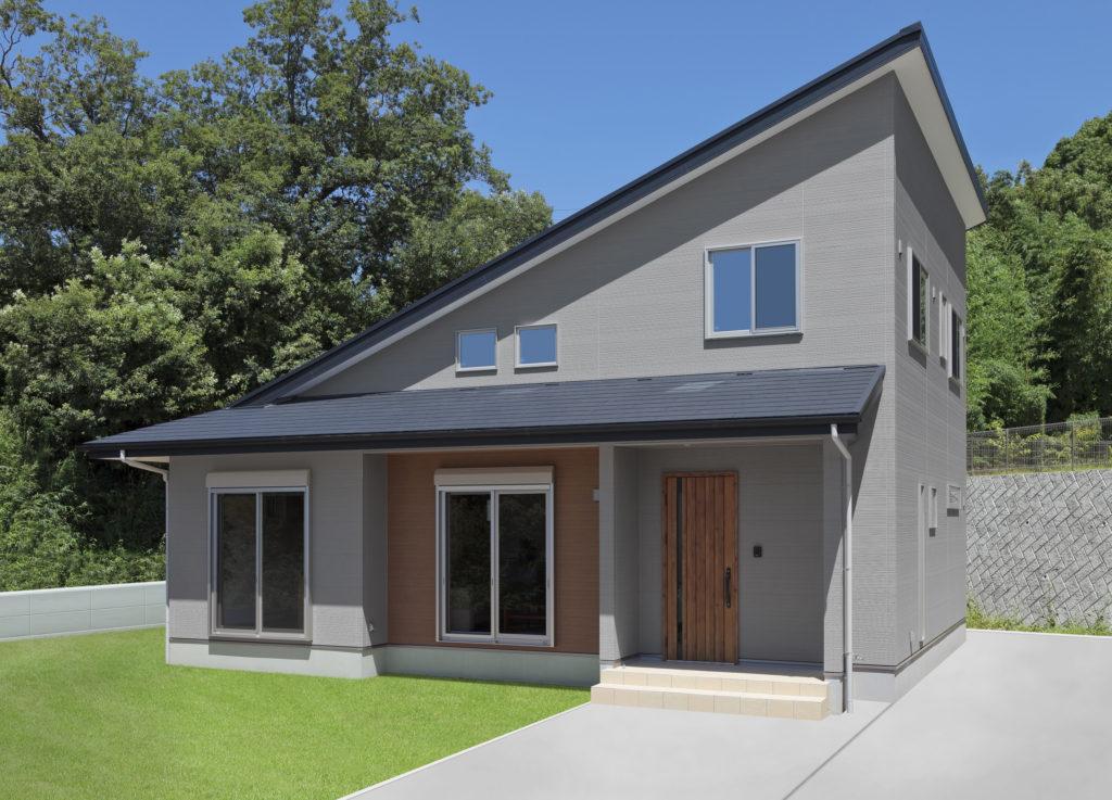 大屋根とグレーの外壁が目を引く外観