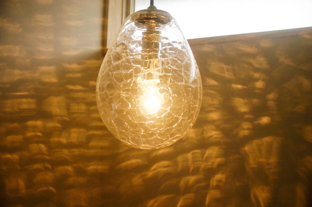 ひび模様の入った照明