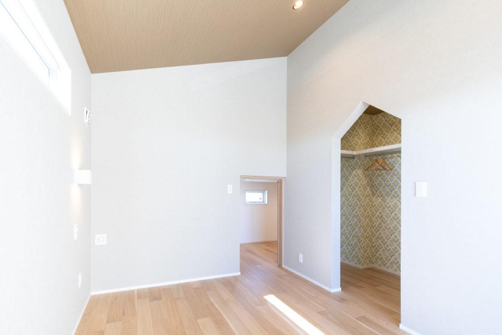 勾配天井の主寝室
