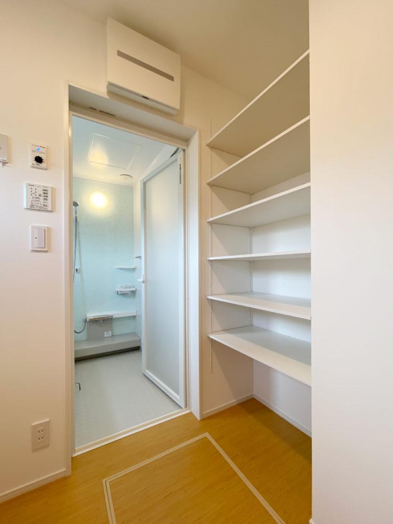 収納を備えた脱衣室