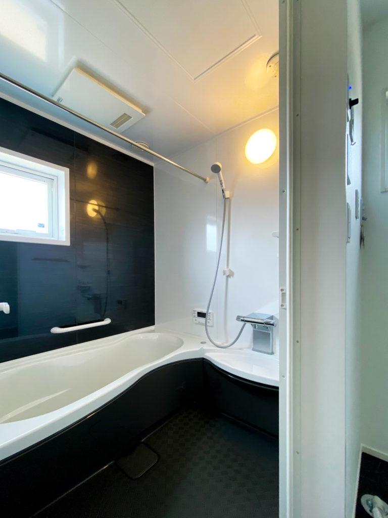 ブラックとホワイトの浴室