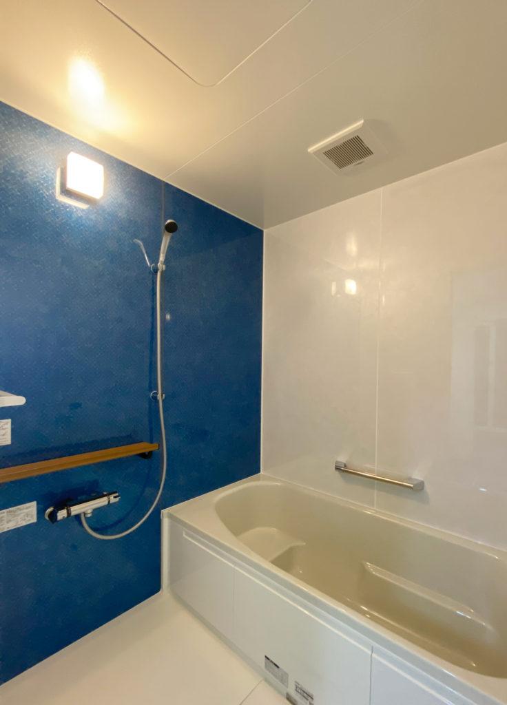 ブルーのパネルが鮮やかな浴室